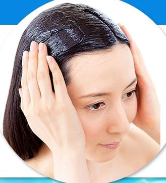 ルプルプのヘアカラートリートメントを髪に塗る